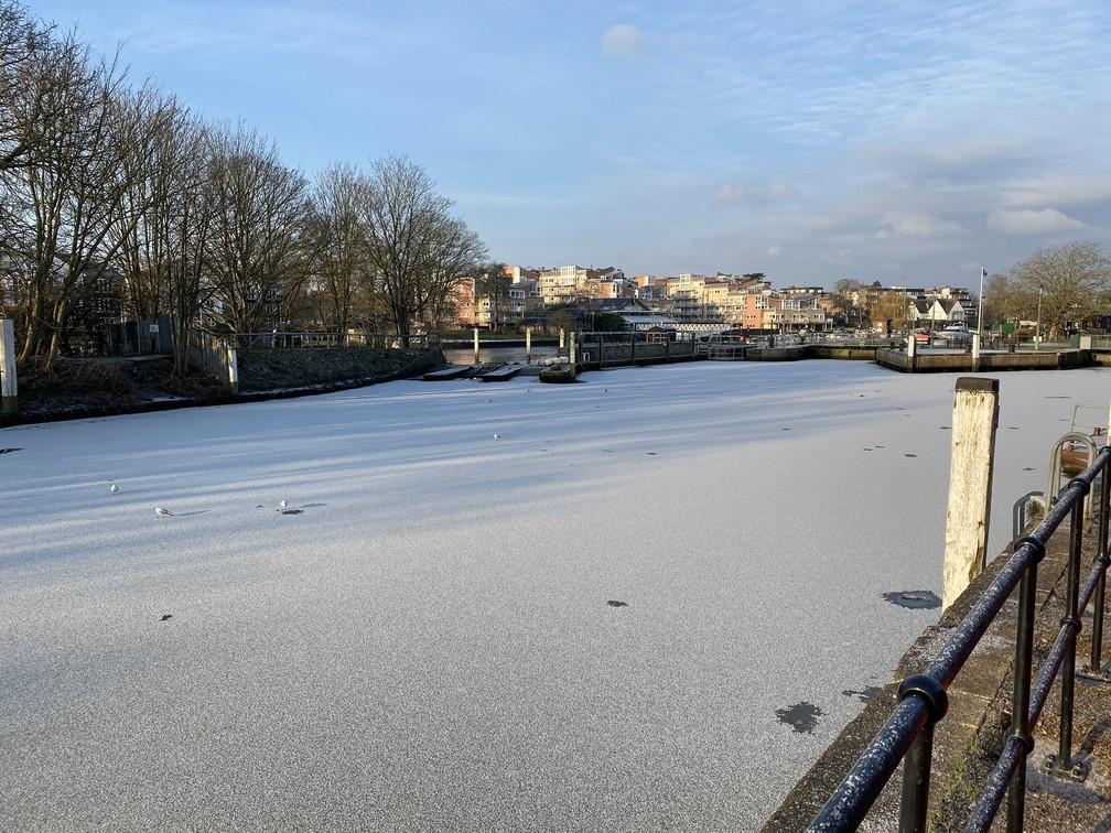 Trecho do rio Tâmisa no distrito de Teddington, sudoeste de Londres, congelou em 11 de fevereiro de 2021 — Foto: Reprodução/Twitter/@jamesafisher