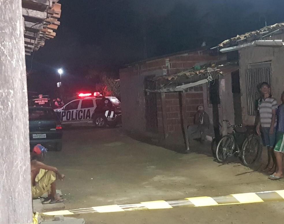 Adolescente foi morta a tiros após ser perseguida por suspeitos no bairro Esplanada do Araturi, em Caucaia. — Foto: Rafaela Duarte/ Sistema Verdes Mares