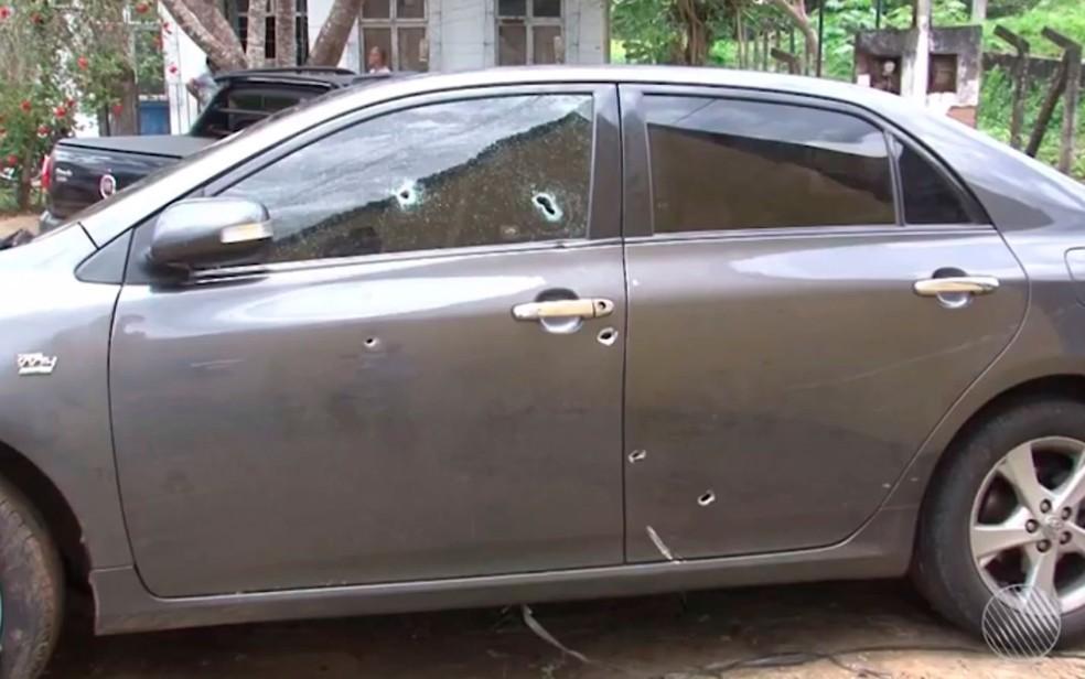 Imagens mostram marcas de tiros em carro de cantor gospel morto na Bahia; suspeita é de execução
