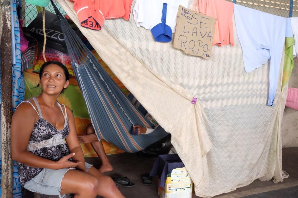 Ingrid Carvajal lava roupas e cobra R$ 1 por peça: 'meus joelhos estão machucados de tanto ficar lavando roupas ajoelhada no chão do banheiro' (Foto: Inaê Brandão/G1 RR)