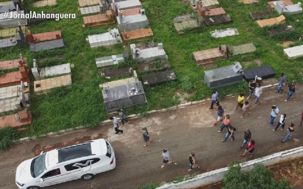 Familiares sepultam vítimas da Covid-19 em Goiás — Foto: Reprodução/TV Anhanguera