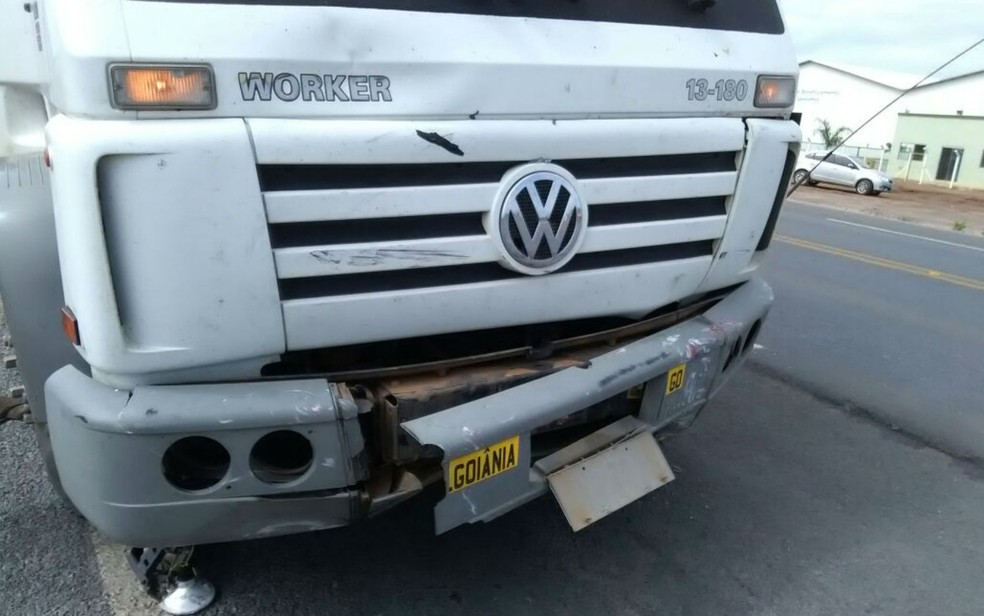 Caminhão atingiu carro na BR-020, na Bahia (Foto: Blogbraga/Edivaldo Braga)