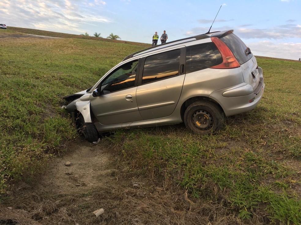 Segundo a polícia, o motorista ignorou a ordem de parada, fugiu pela contramão e caiu em uma valeta — Foto: Polícia Militar Rodoviária/Divulgação