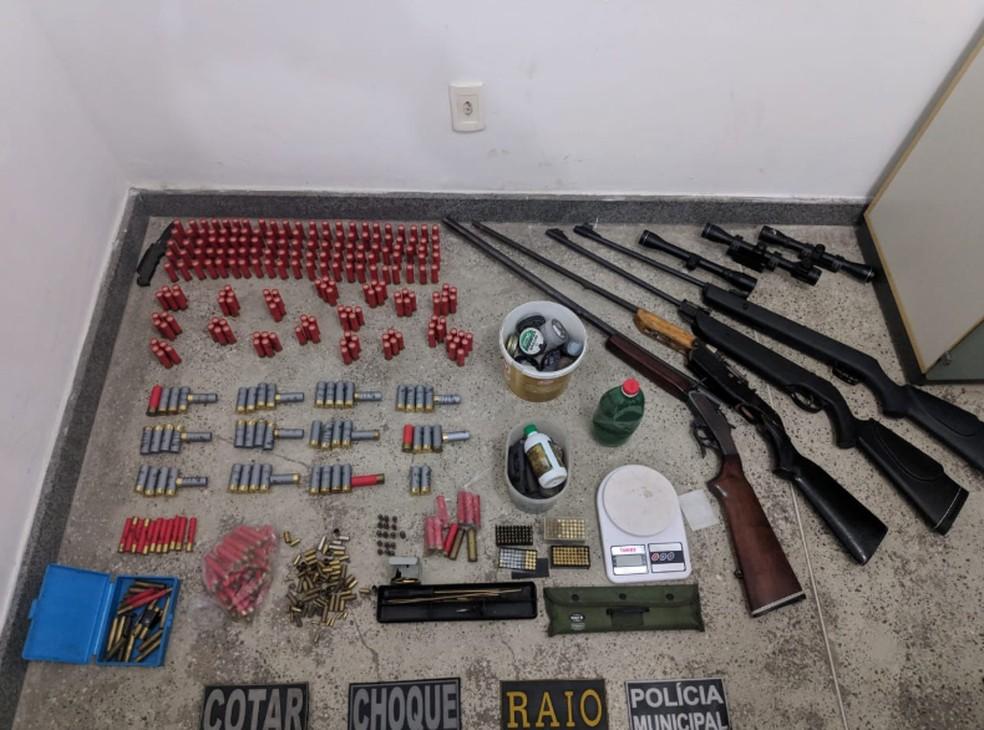Todo o arsenal foi encontrado em uma casa de um homem no Eusébio. — Foto: Darley Melo/Sistema Verdes Mares