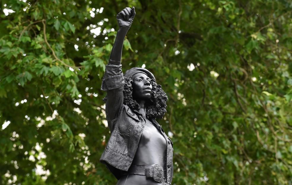 A estátua de um manifestante do movimento Black Lives Matter (Vidas Negras Importam) no local ocupado anteriormente pela estátua do comerciante de escravos Edward Colston em Bristol, na Inglaterra, nesta quarta-feira (15) — Foto: Rebecca Naden/Reuters