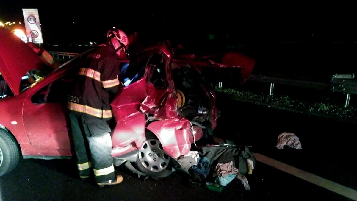 Caminhão bate em carro de passeio na Anhanguera e deixa um morto, em Americana