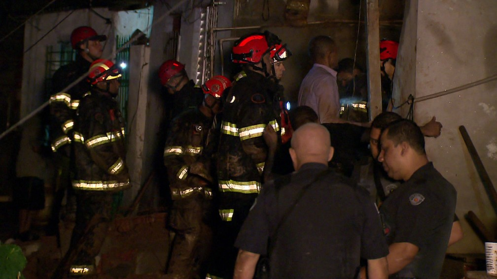 Bombeiros buscam por vítimas de desmoronamentos em Mauá, na Grande SP, na madrugada deste domingo (17) — Foto: Reprodução/TV Globo