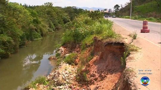 Cratera atrapalha motoristas em trecho sem acostamento da marginal do Rio Jundiaí