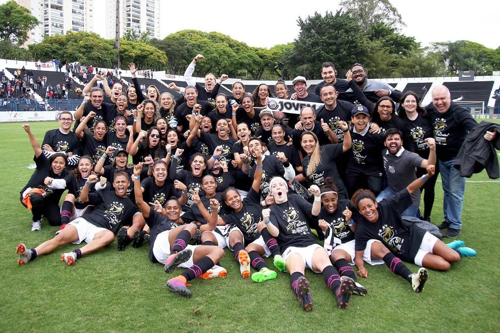 Jogadoras do Santos comemoram — Foto: Pedro Ernesto Guerra Azevedo/Santos FC