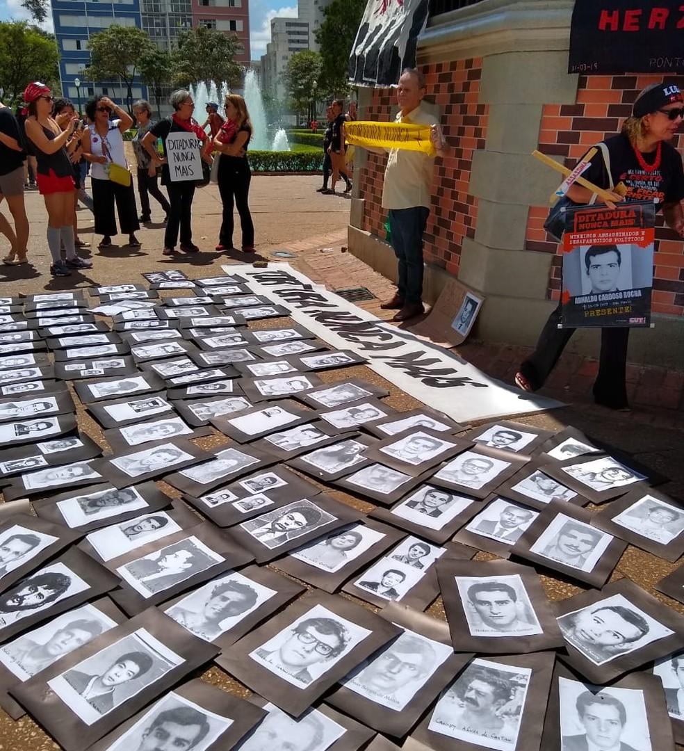 Fotos de mortos no período foram colocadas próximas ao coreto da Praça da Liberdade.  — Foto: Larissa Carvalho/TV Globo