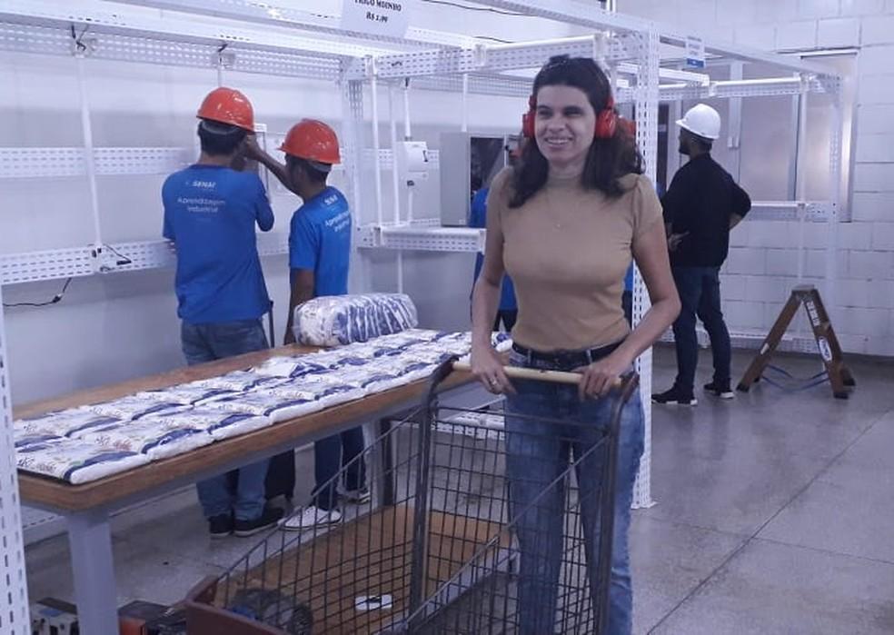 Socióloga Kersia Celimary testando a ferramenta com os fones de ouvido — Foto: Rafaella Bitencourt/ Rede Amazônica