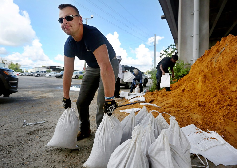 Moradores de Charleston, na Carolina do Sul, se preparam para a chegada do furacão Florence — Foto: Grace Beahm Alford/The Post And Courier via AP