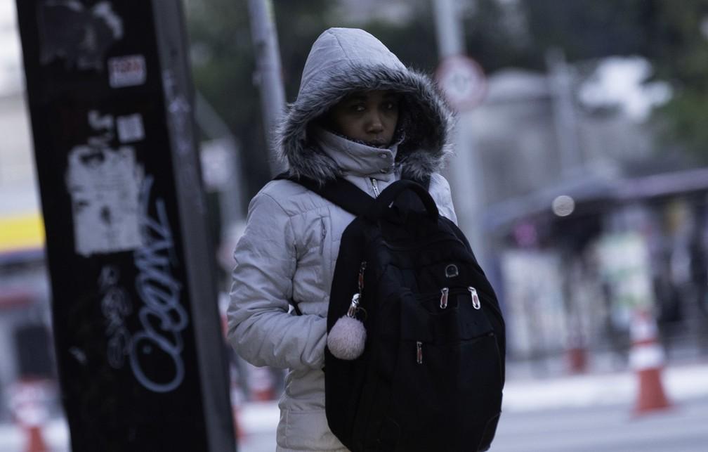 Pedestre agasalhada enquanto caminha pelo Viaduto Santa Generosa em SP — Foto: Bruno Rocha/Estadão Conteúdo