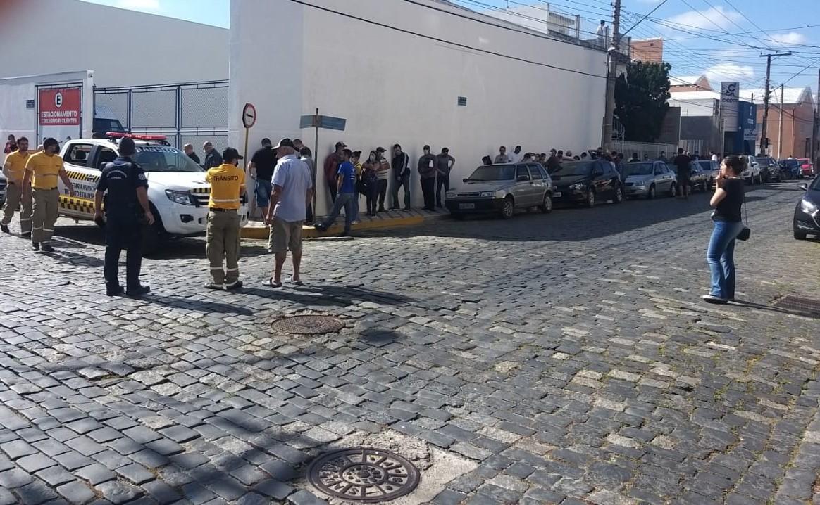 Fila para reaver investimento em empresa causa aglomeração em Lorena, SP