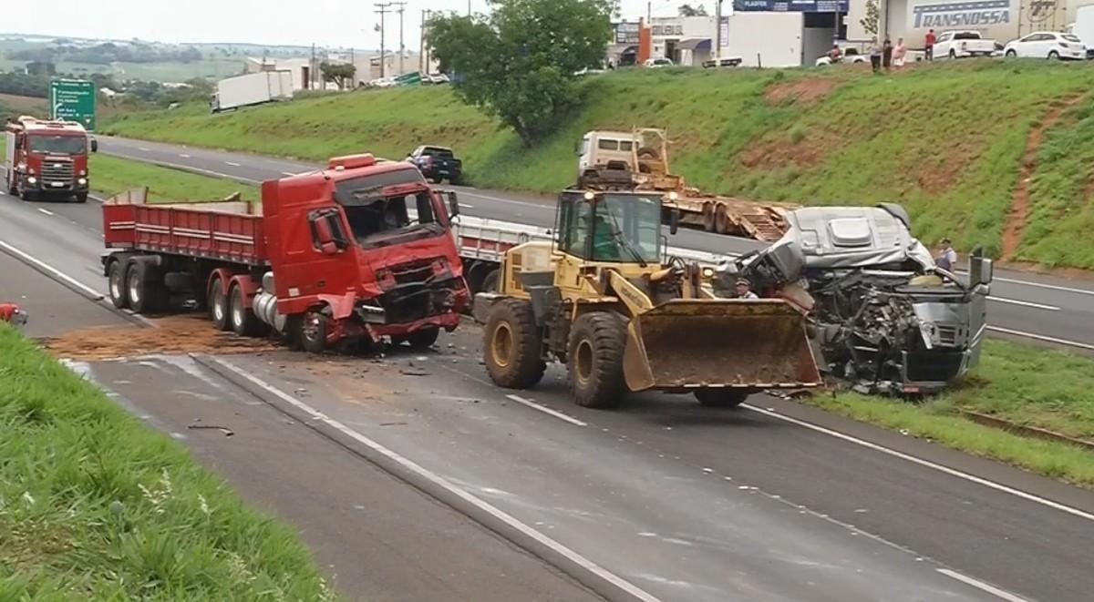 Acidente entre carretas interdita rodovia em Fernandópolis
