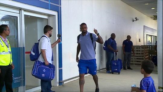 Jogadores do Cruzeiro recebem apoio da torcida no embarque para São Paulo