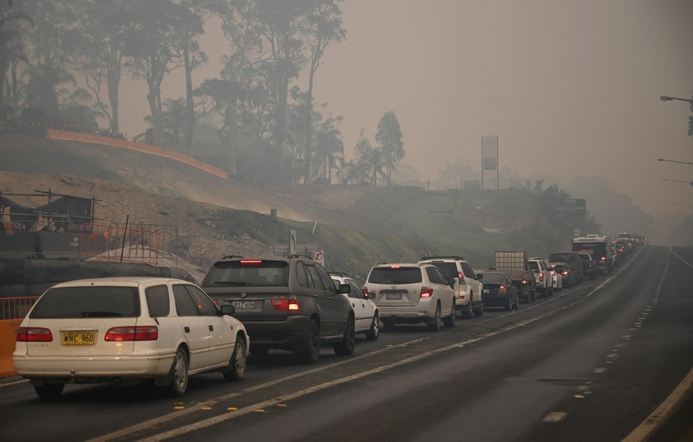 Congestionamento para sair de área da Austrália onde há incêndios, em 2 de janeiro de 2020 — Foto: Peter Parks/AFP