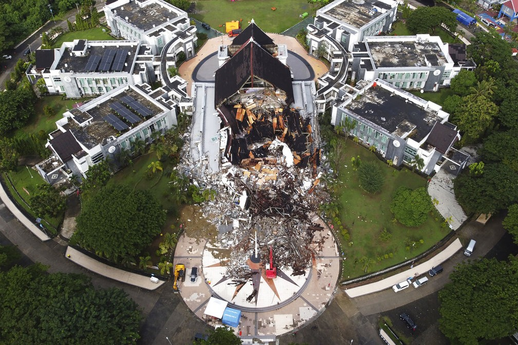 Prédio do governo ficou destruído no oeste da ilha de Sulawesi, na Indonésia, após terremoto. — Foto: Abdi Latief/AP Photo