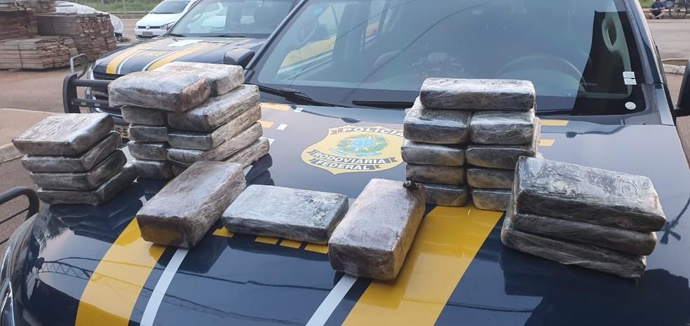 PRF encontrou carregamento de 32 tijolos de cocaína e 3 tijolos de skank em Porto Velho — Foto: PRF/Divulgação