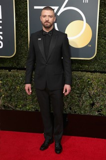 Justin Timberlake exibe o look marcado com o logo da campanha Time's Up. (Foto: Getty Images)