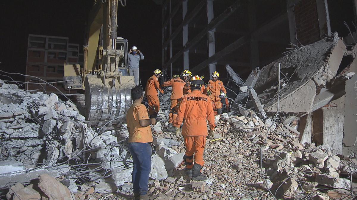 Bombeiros acham corpo de vítima em escombros de prédio que caiu no DF