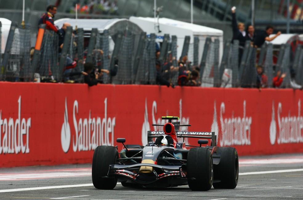 Vettel leva as mãos à cabeça ao vencer em Monza, em 2008 — Foto: Getty Images