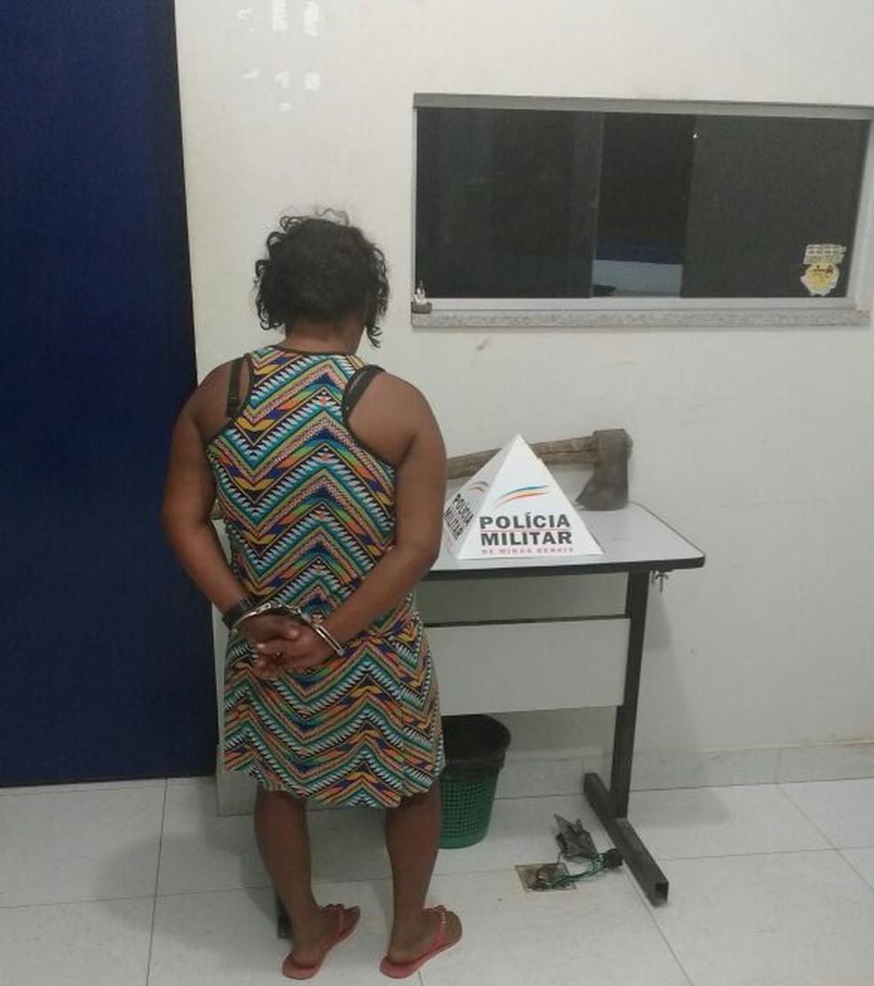 Mulher foi presa em flagrante e o machado foi apreendido (Foto: Polícia Militar/Divulgação)