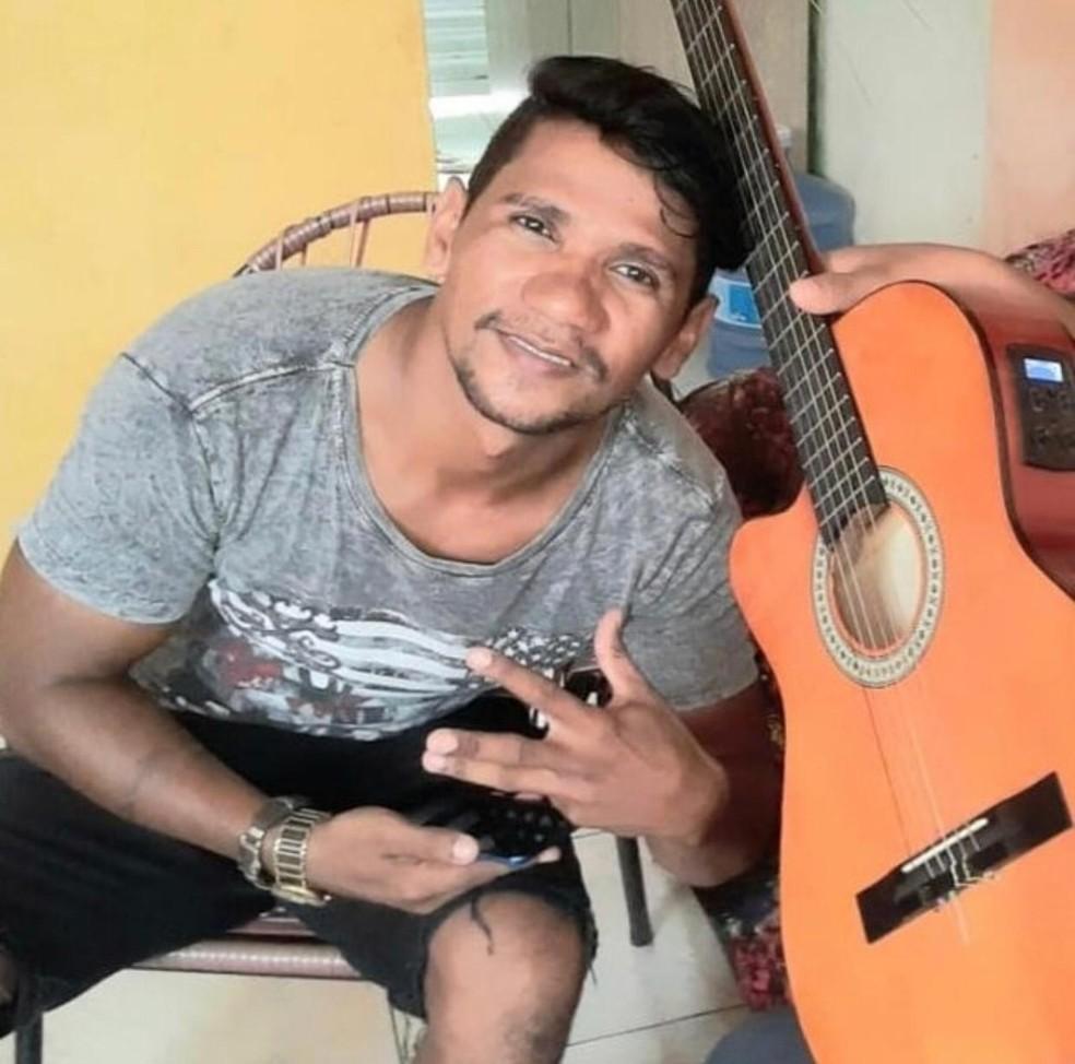 Vinicius Borges, de 35 anos, trabalha como cantor — Foto: Arquivo pessoal