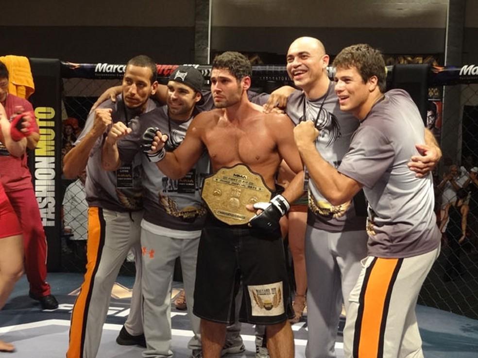 Wallace ganha cinturão e termina ao lado de Dagmar — Foto: Globo
