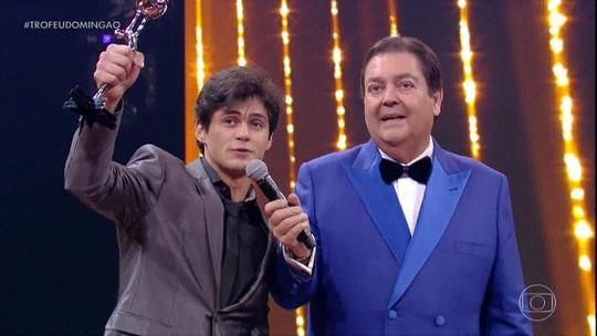 Lucas Veloso ganha o troféu na categoria Comédia