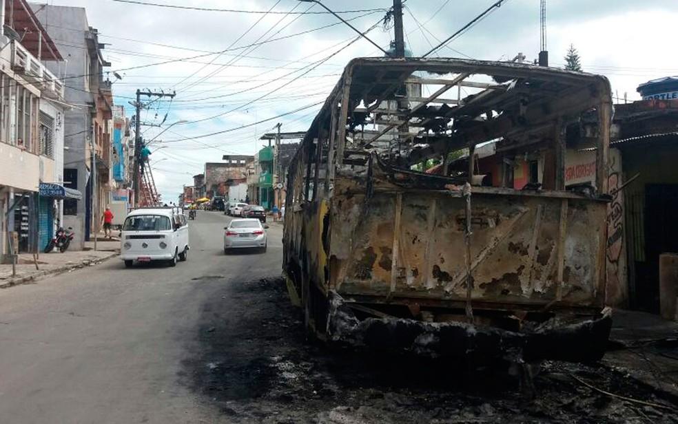 Veículo foi incendiado no bairro de Massaranduba, em Salvador (Foto: Mayara Magalhães / TV Bahia)