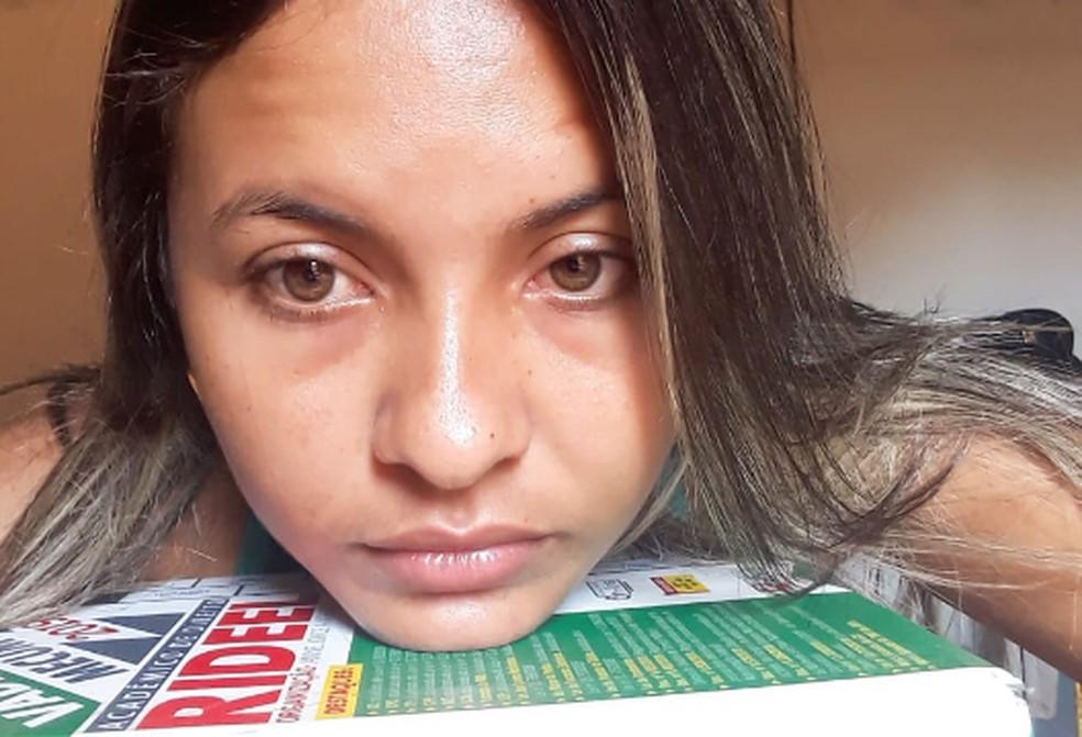 Izza registrava em fotos o cansaço de estudos diários para o concurso público — Foto: Izalina de Souza/Arquivo Pessoal