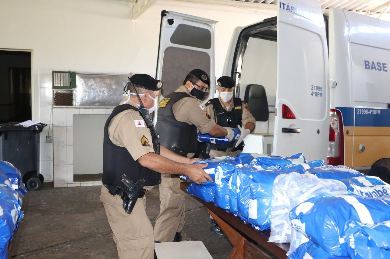 Colégio Tiradentes e PM distribuem 590 Kg leite em pó para famílias carentes em Uberaba