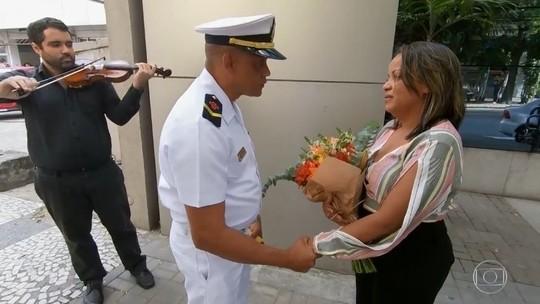 Missionário da Marinha faz pedido de casamento surpresa no 'Caldeirão'