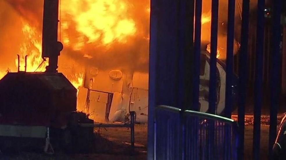 Helicóptero em chamas após queda no estádio do leicester — Foto: Reprodução / Twitter