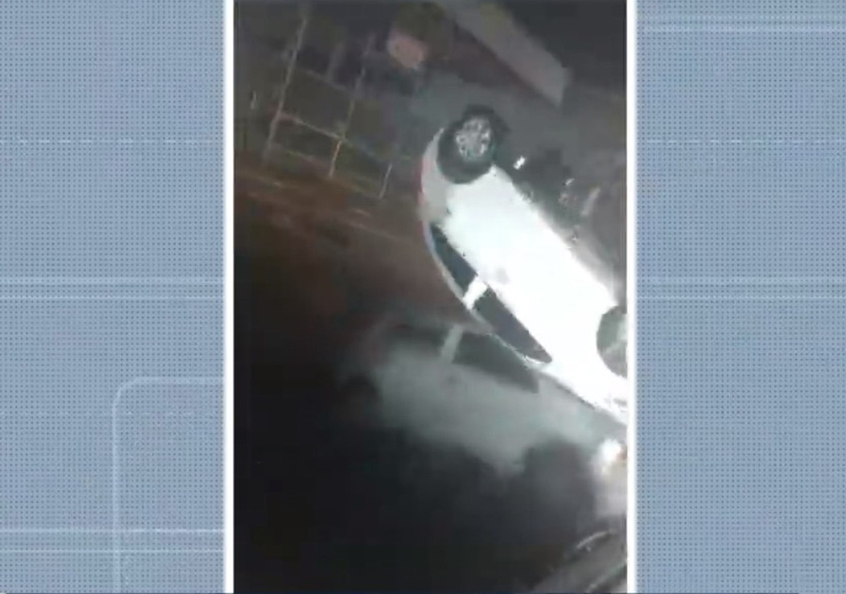 Motorista fica ferido após bater em outro carro e capotar na Av. Caminho de Areia, em Salvador