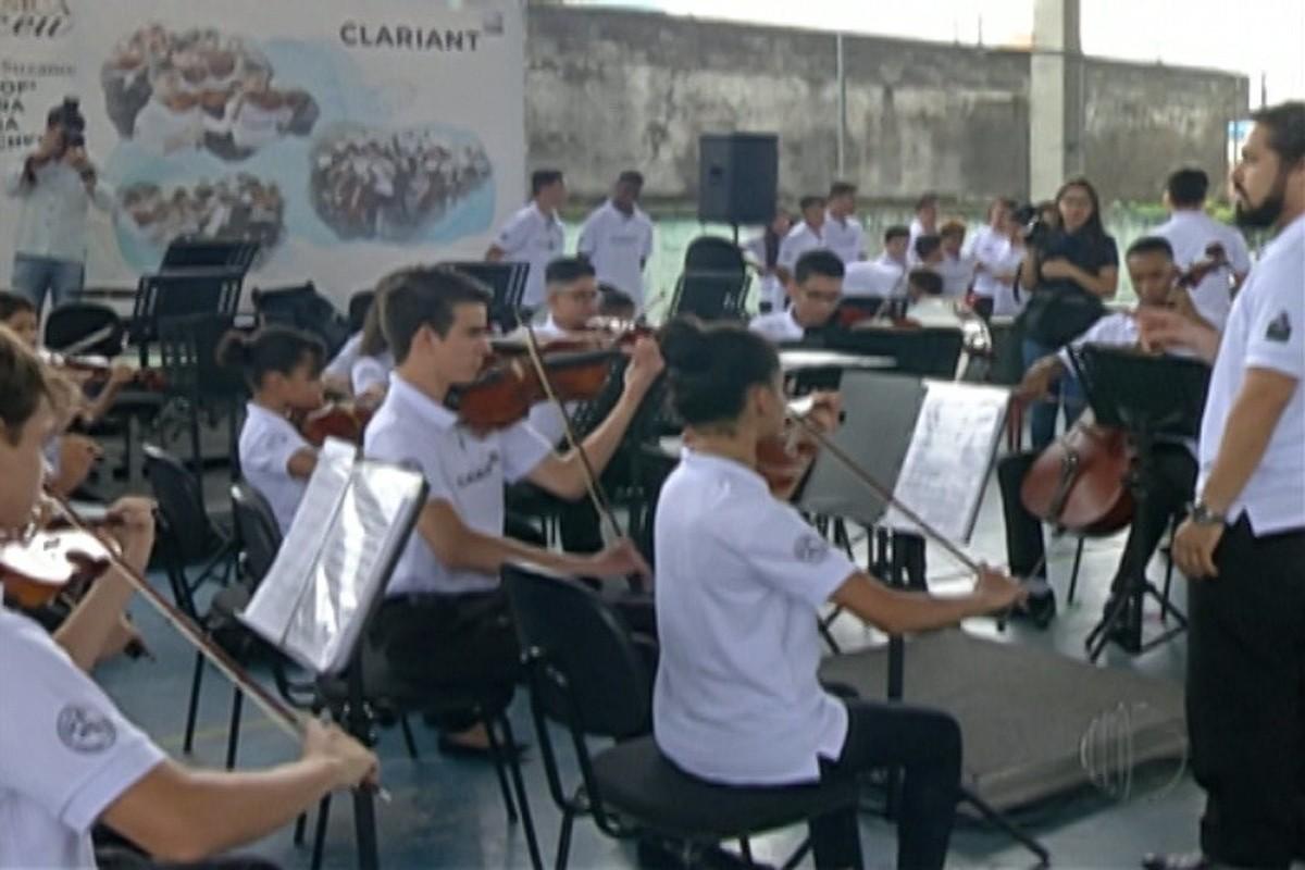 Maestro João Carlos Martins visita projeto musical em escola de Suzano