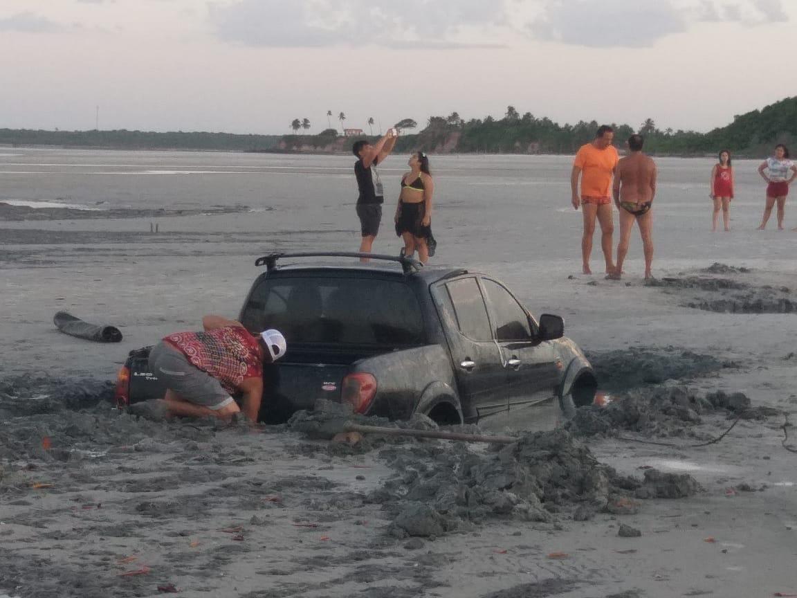 Bombeiros resgatam motorista, mas carro dela é engolido pela maré na praia em Salinas, no Pará