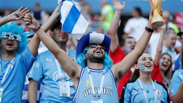 Torcedor Uruguai com taça da Copa