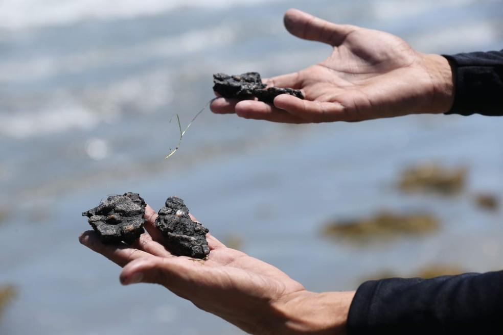 O oléo encontrado na praia de Icapuí foi confirmado na segunda-feira (21) — Foto: Helene Santos/SVM