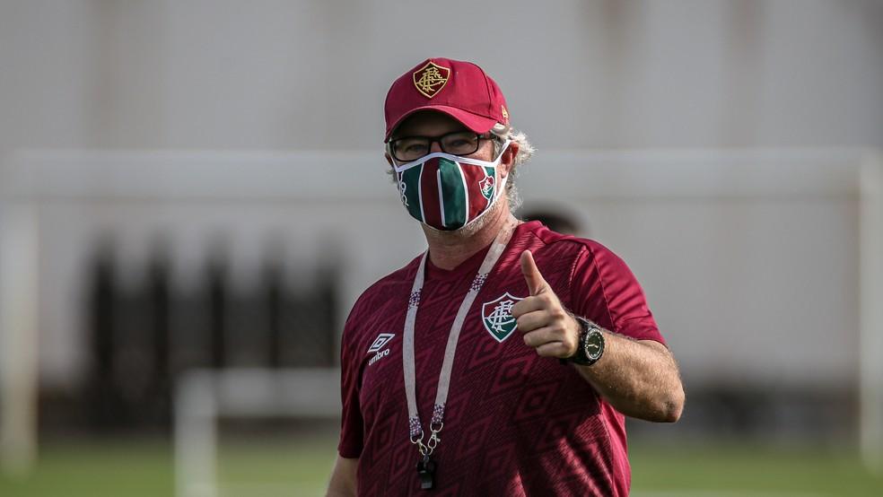 Técnico Odair Hellmann com máscara em atividade do Fluminense — Foto: Lucas Merçon/FFC
