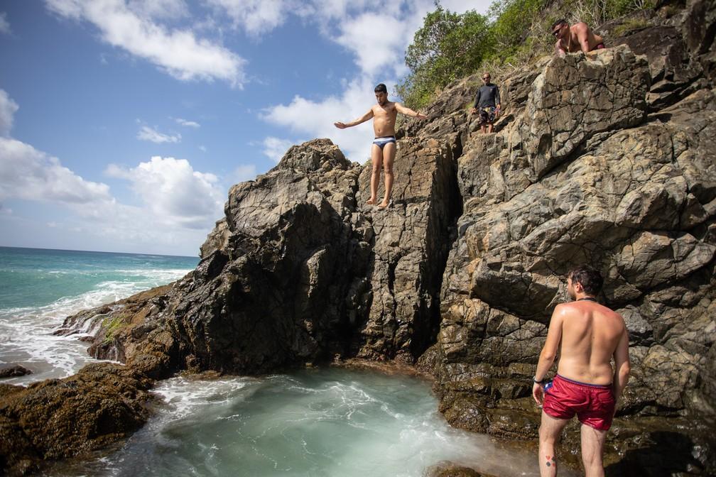 Homem pula no Buraco do Galego na praia do Cachorro em Fernando de Noronha — Foto: Fábio Tito/G1