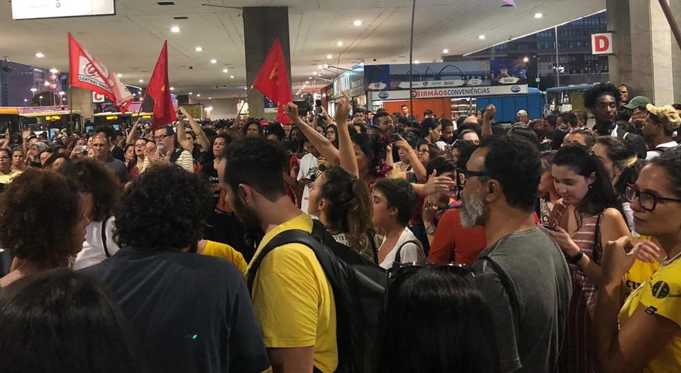 """Grupo fez manifestação nesta quinta-feira (31), na rodoviária do Plano Piloto, em Brasília, perguntando """"quem mandou matar Marielle Franco"""" — Foto: Nicole Angel/ G1"""