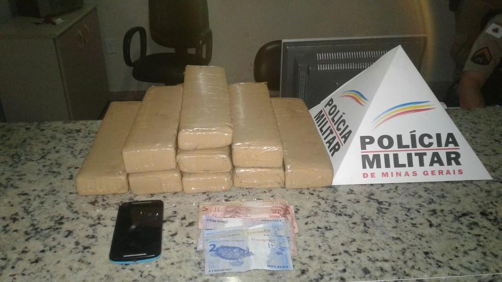 Homem foi preso com nove barras de maconha (Foto: Polícia Militar/ Divulgação)