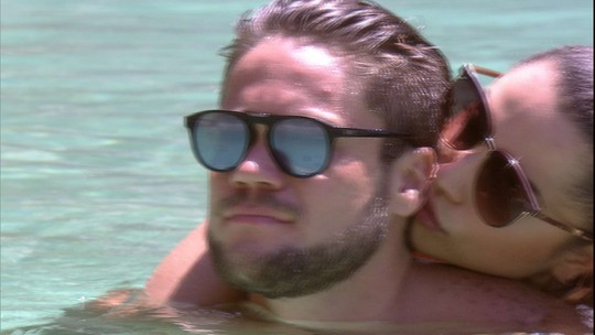 Paula e Breno trocam beijos na piscina