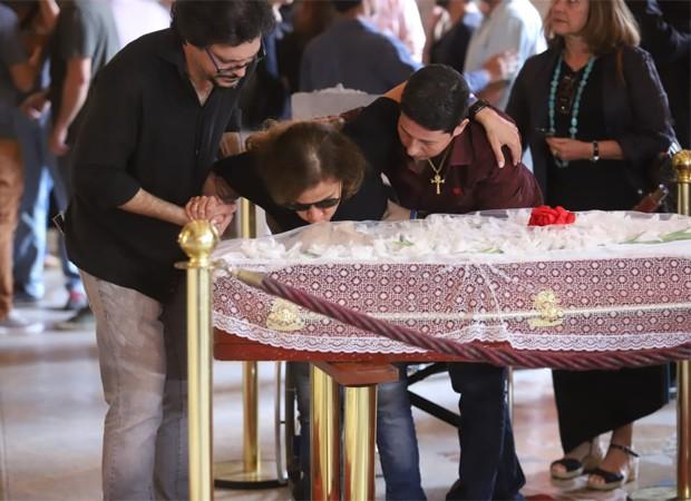 Amparada por Lúcio Mauro Filho e Adriane Bonato, Cláudia Rodrigues se despede de Lúcio Mauro (Foto: QUEM)