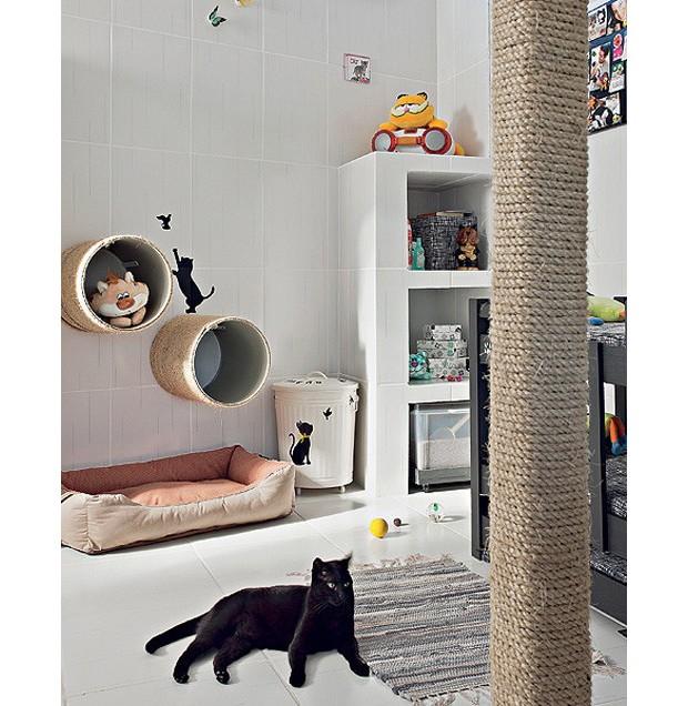 A gata Penélope se esparrama no quarto claro e ventilado, que tem arranhadores cilíndricos, fixados na parede, e nichos organizadores feitos de alvenaria. (Foto: Ilana Bar/Editora Globo)