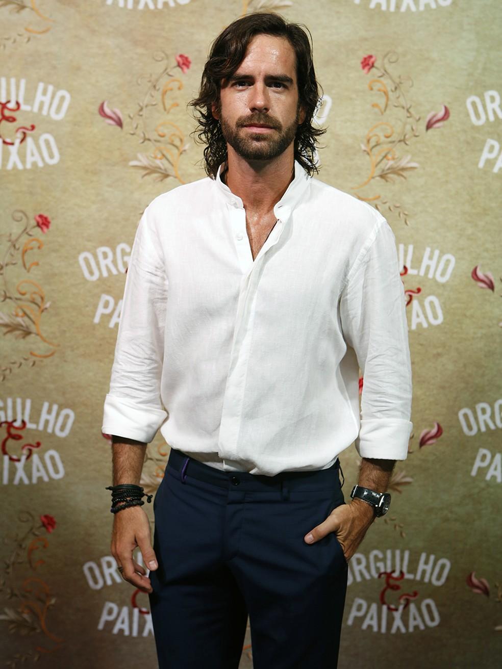 Clássico, Marcos Pitombo usa camisa branca de linho e calça escura (Foto: Fábio Rocha/Gshow)