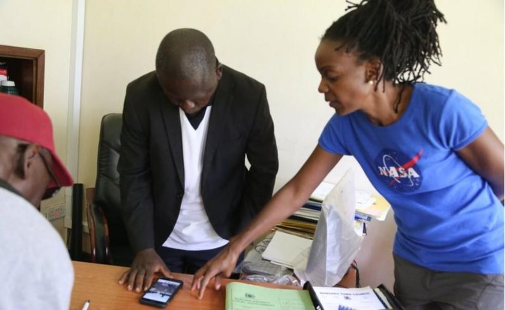 Nakalembe trabalha com as autoridades locais para ajudar a melhorar as políticas agrícolas — Foto: Catherine Nakalembe via BBC