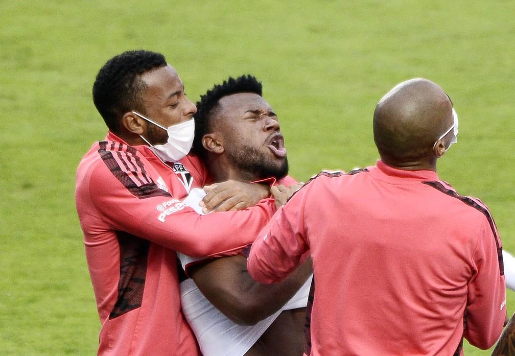Luan comemora o primeiro gol anotado na decisão do Paulistão — Foto: Marcos Ribolli